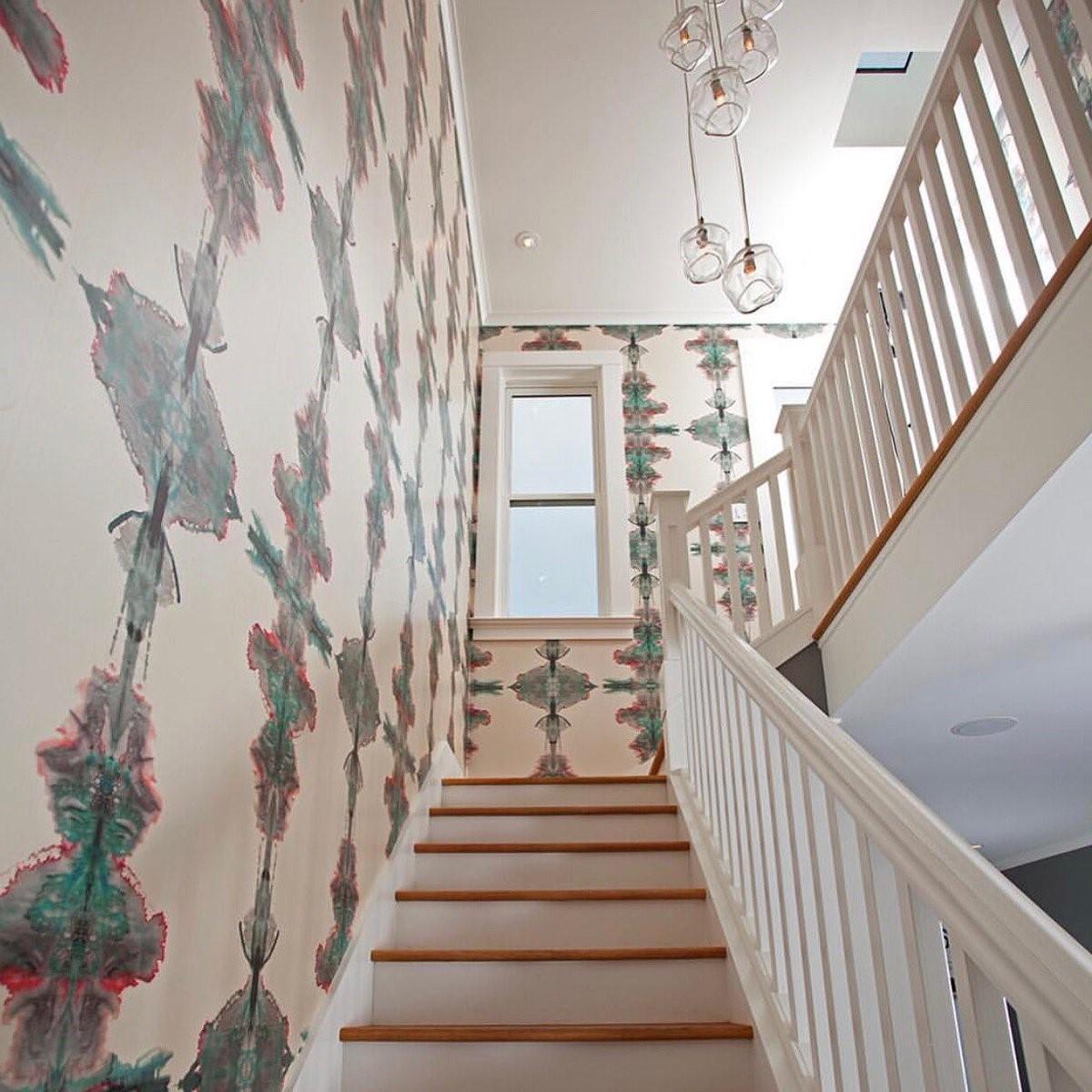 Escalier avec du papier peint abstract.