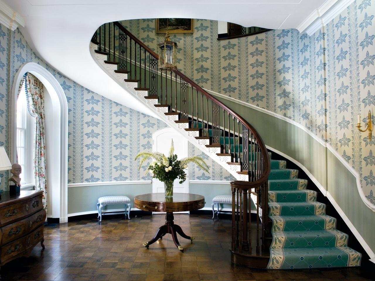 Décorez l'escalier avec du papier peint.