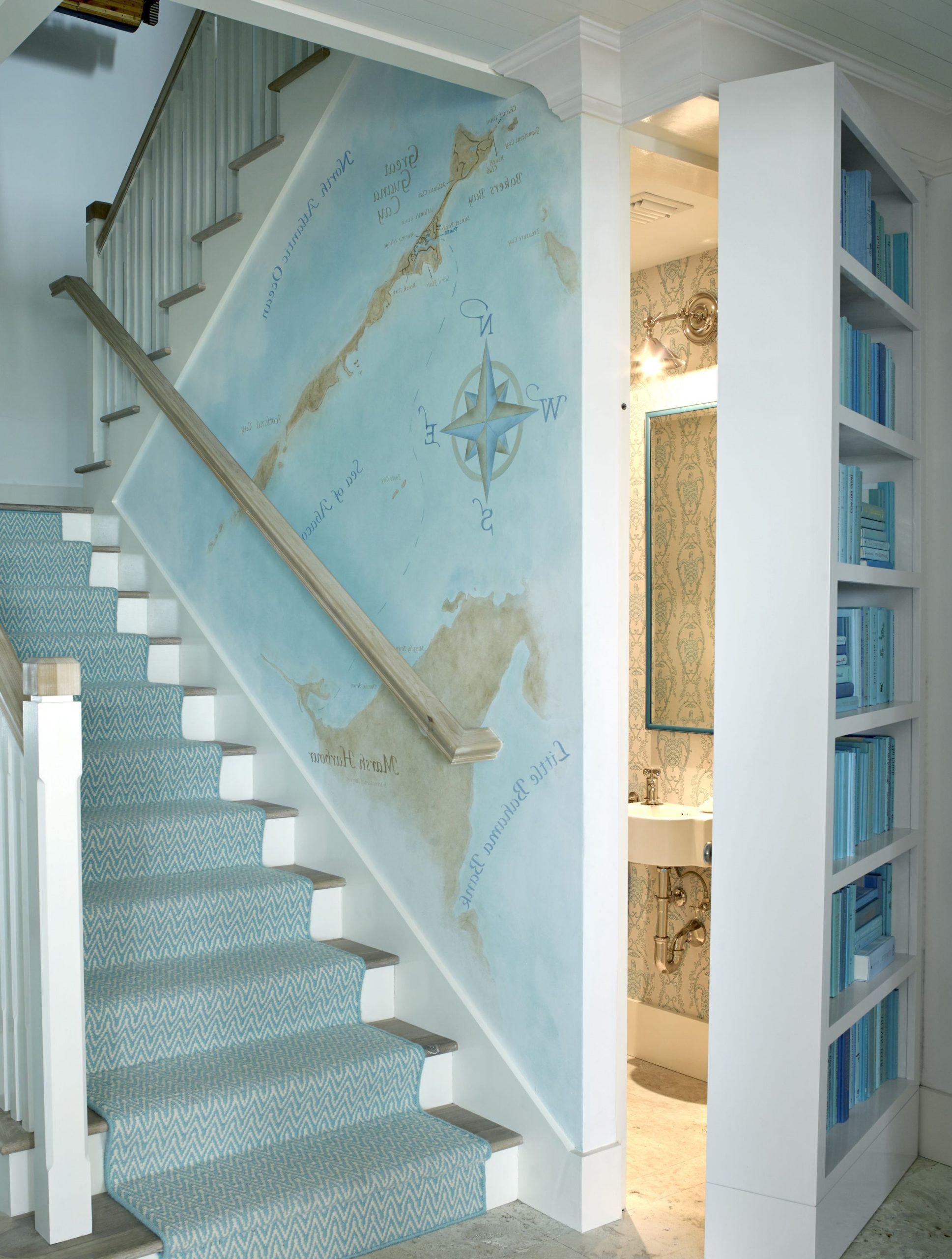 Escalier avec du papier peint créatif.