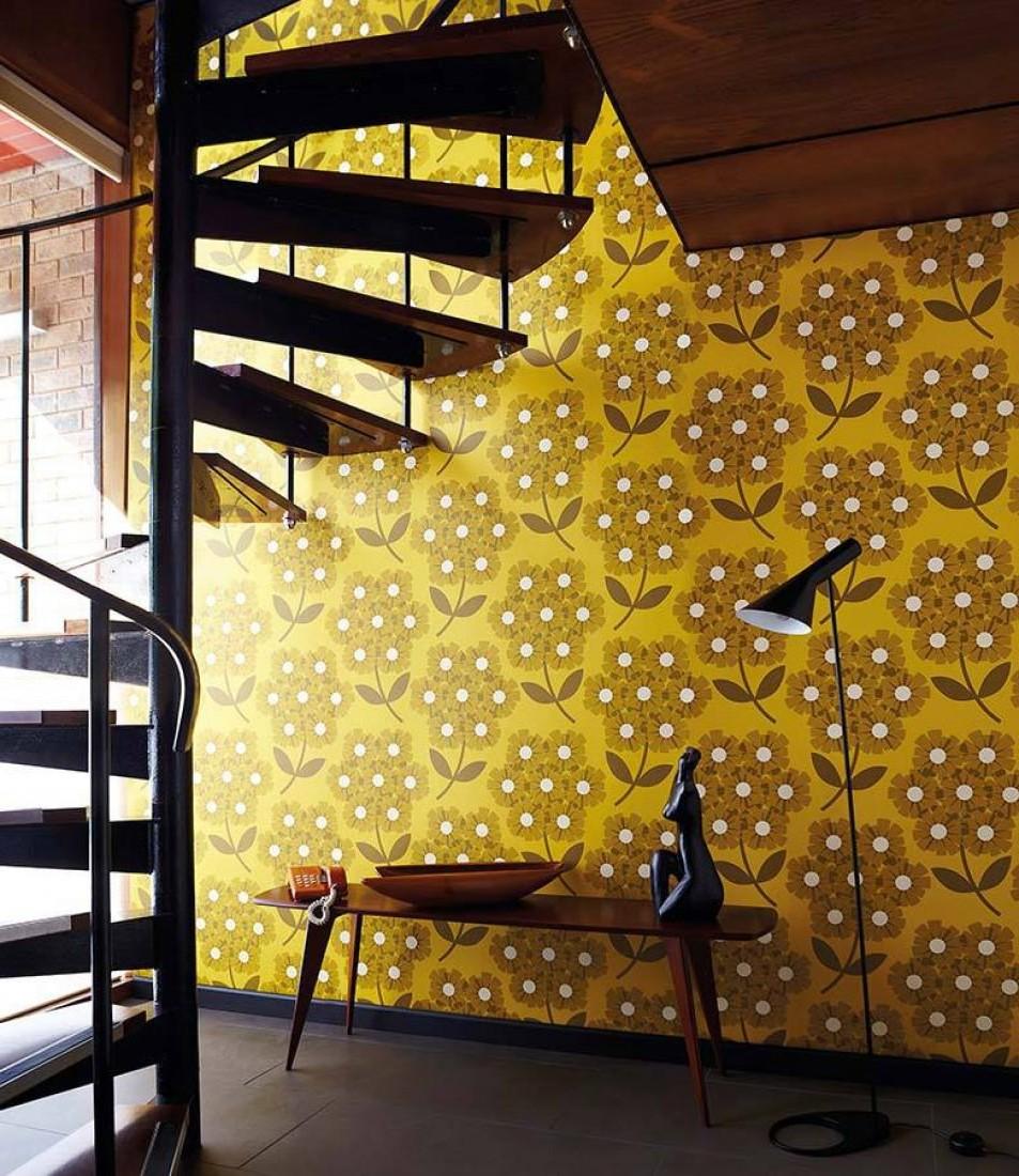 Escalier avec du papier peint floral.
