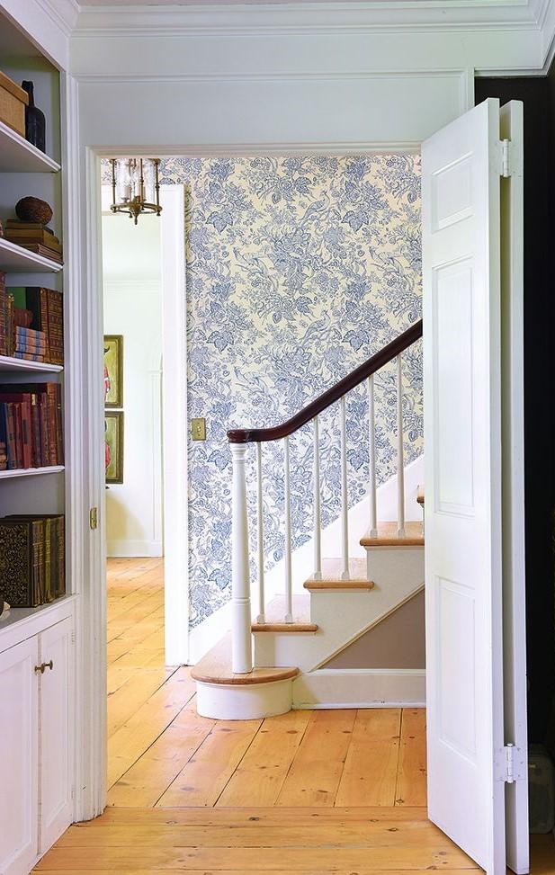 Escalier avec du papier peint classique.