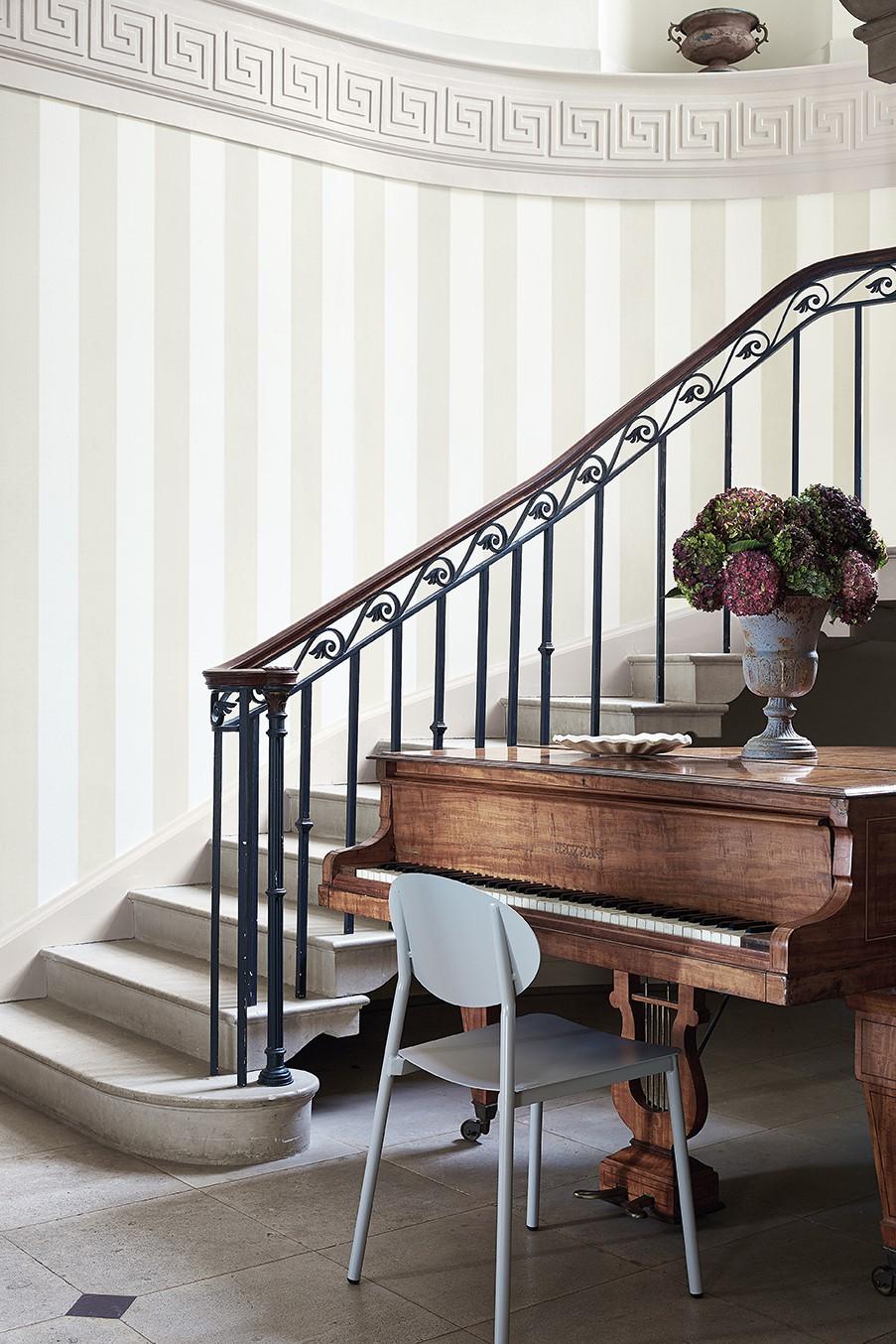 Escalier avec du papier peint rayé.