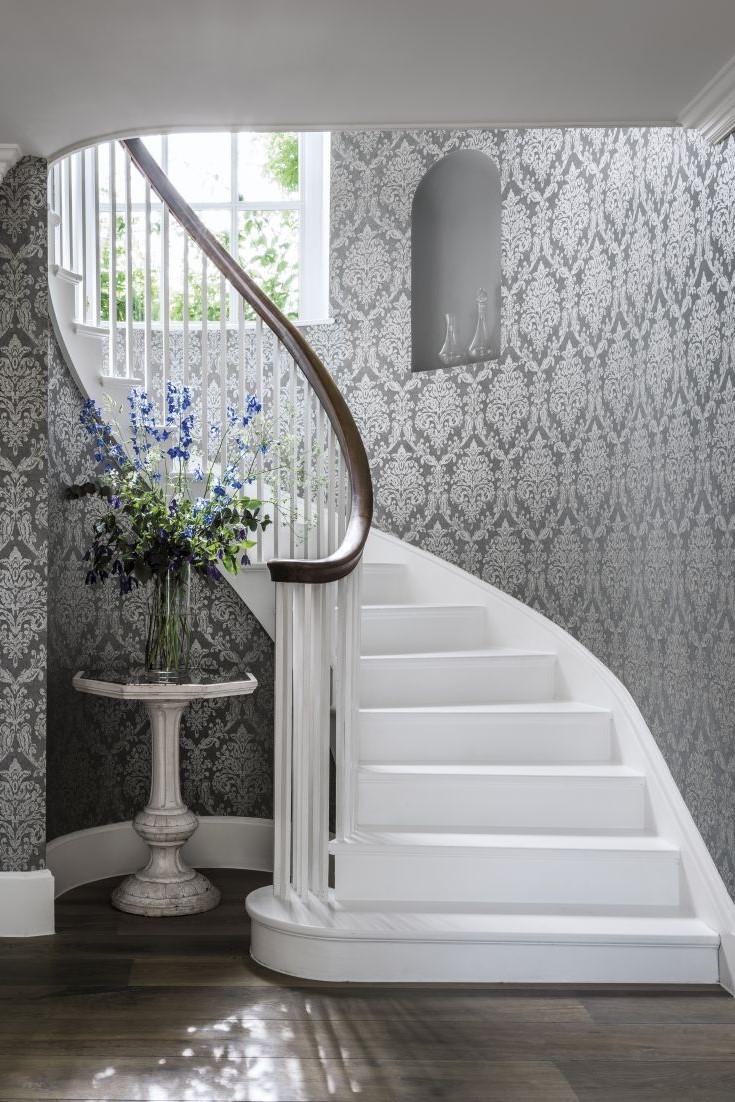 Cage d'escalier luxueuse.