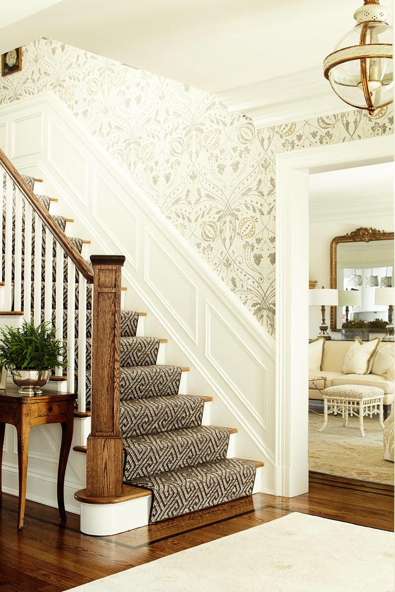 Escalier avec du papier peint luxueux.