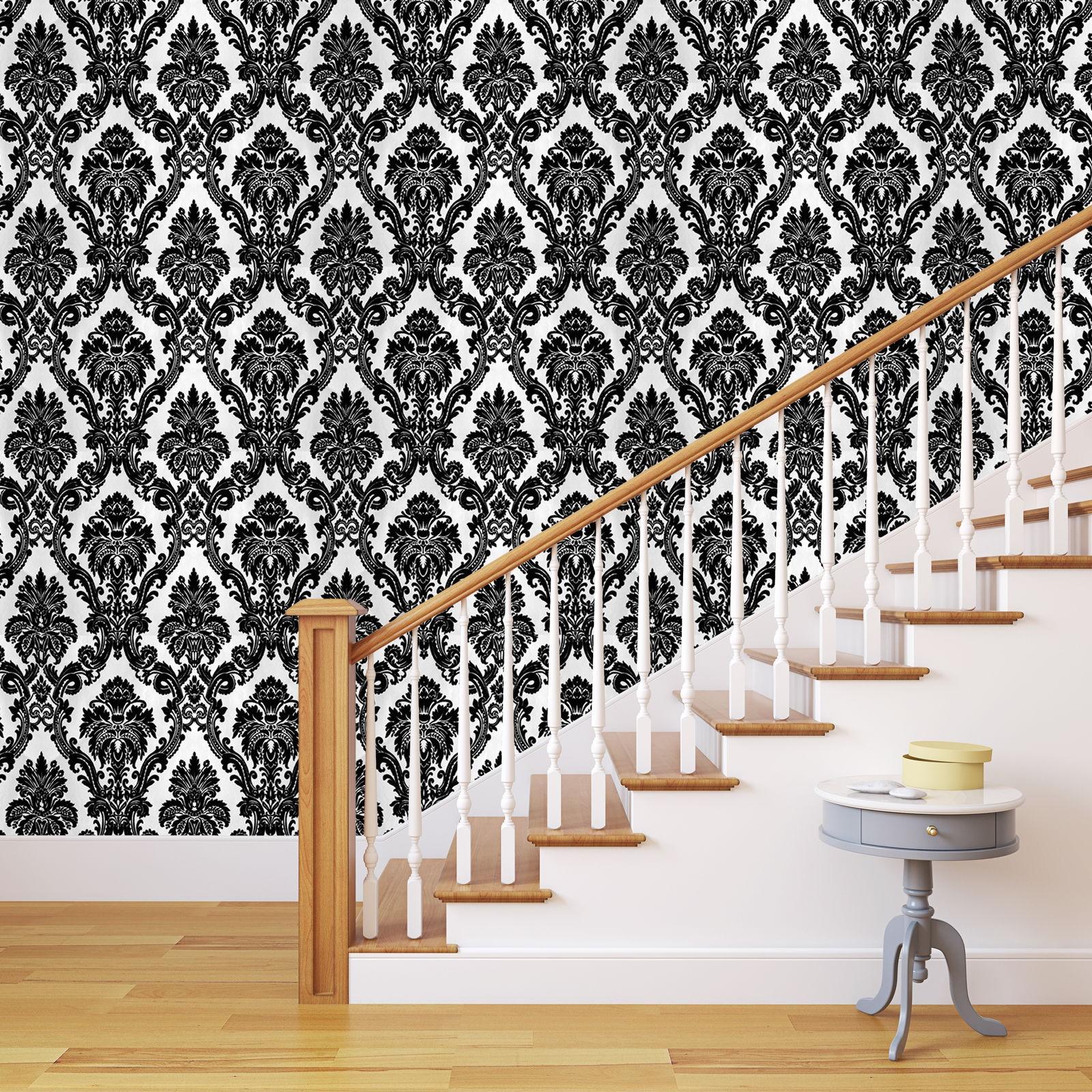 Escalier décoré de papier peint noir et blanc.