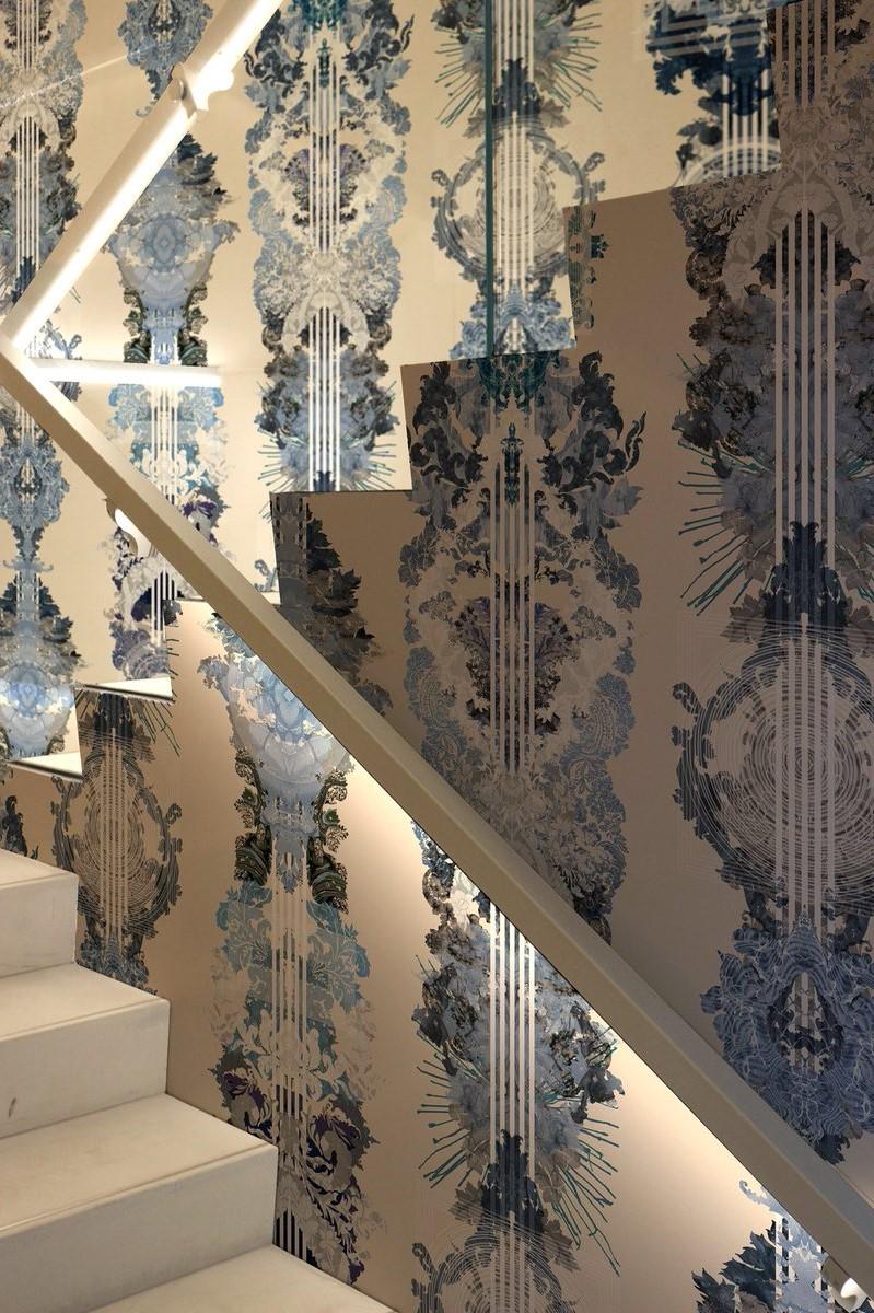 Cage d'escalier décorée de papier peint moderne.