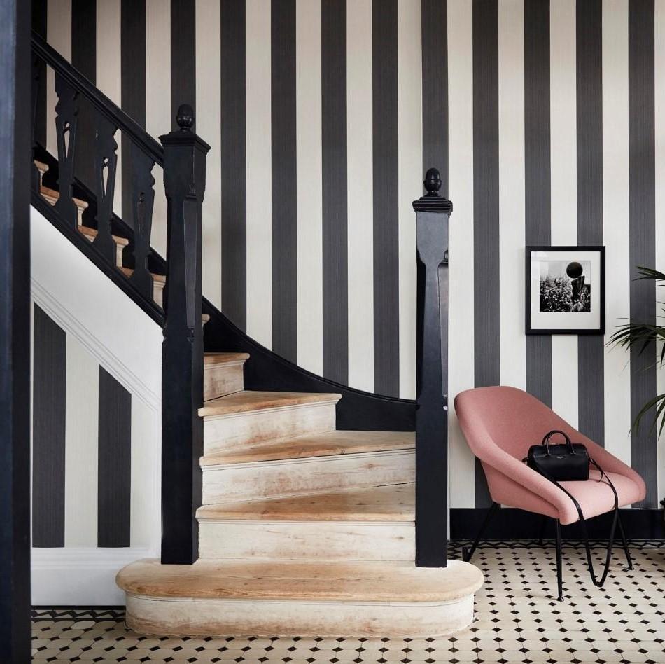 Escalier avec du papier peint blanc et noir.