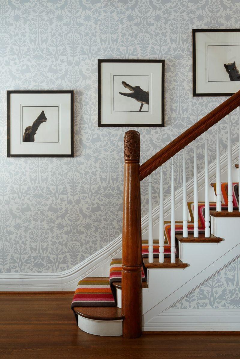 Escalier avec du papier peint moderne.