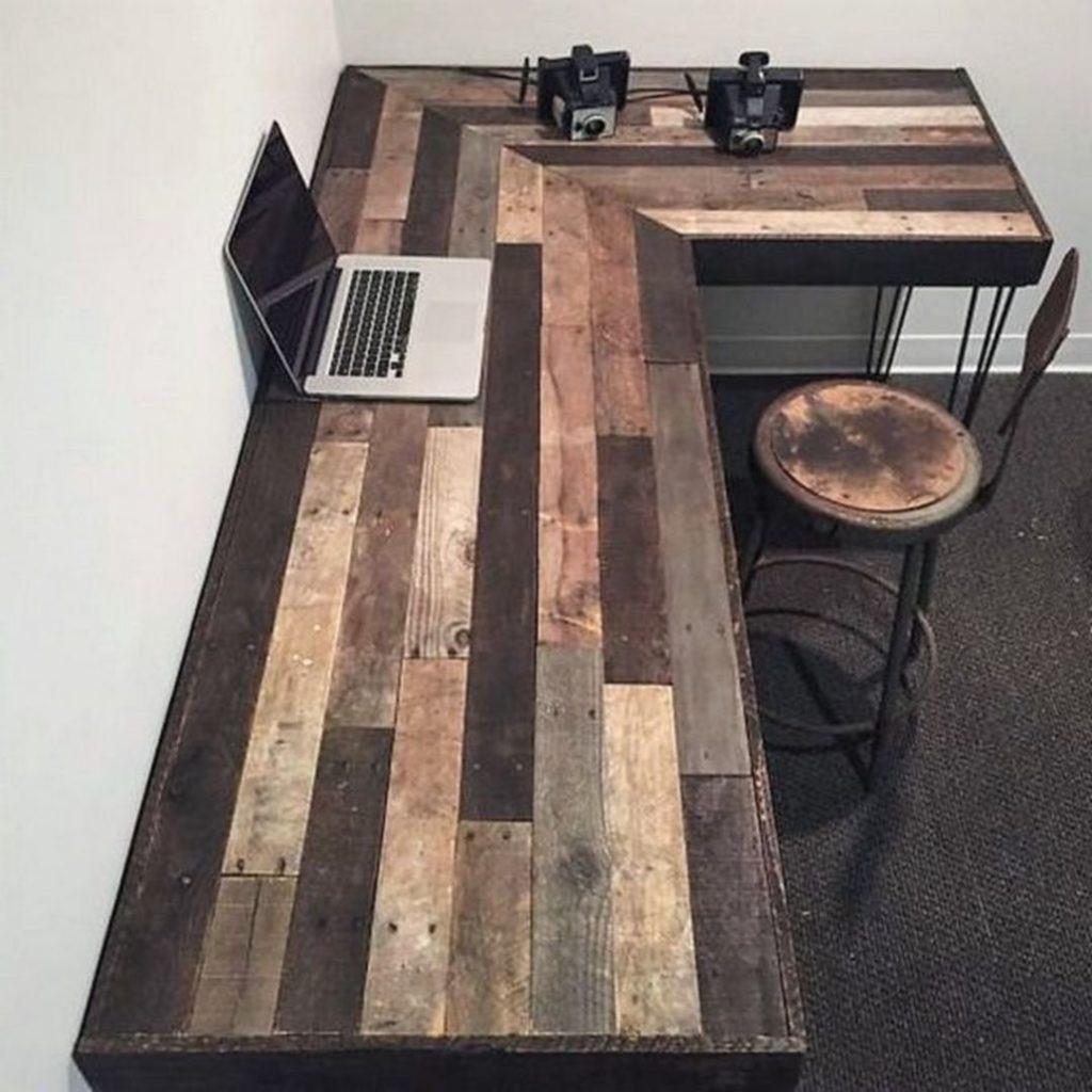 Que faore avec des palettes: bureau DIY bon marché.