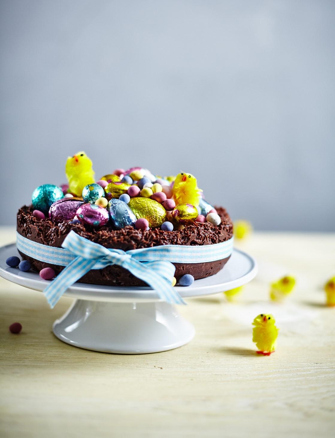 Cake décoré de petits oeufs multicolores.