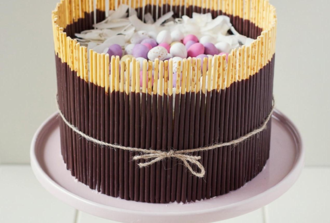 Cake décoré de mini oeufs au chocolat.