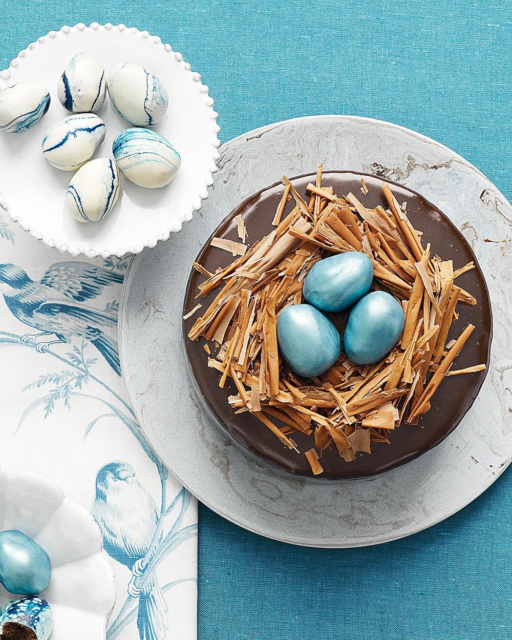 Décorez le gâteau avec du chocolat râpé et des œufs en sucre élégants.
