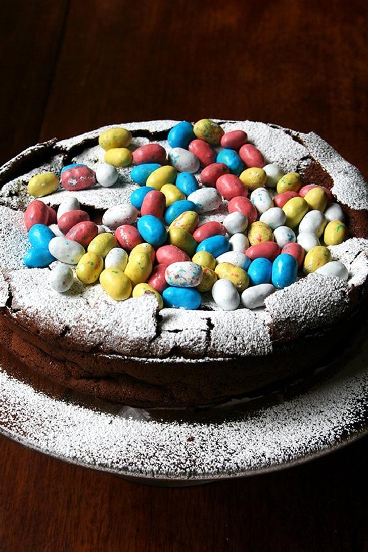 Cake décoré d'oeufs au chocolat multicolores.