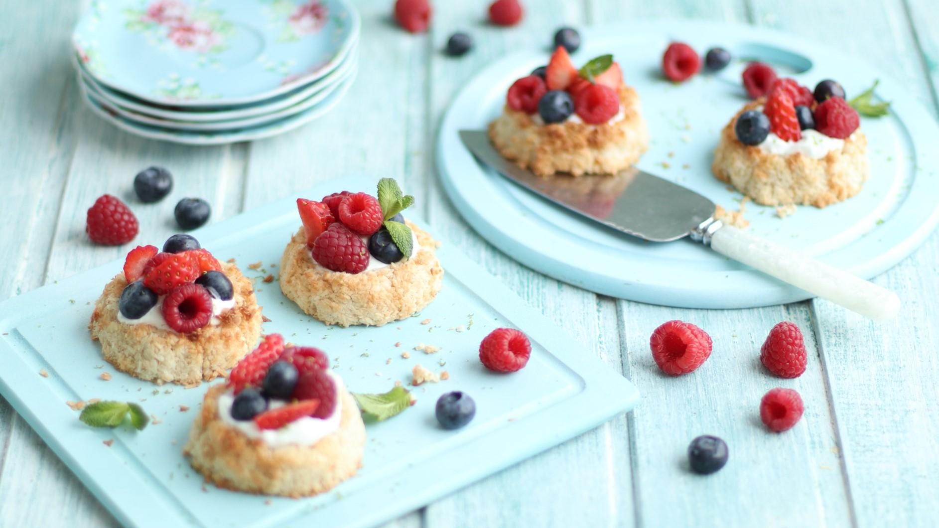 Mini gâteaux aux aux fruits des bois.