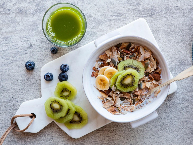 Petit déjeuner sain avec fruits et flocons d'avoine.