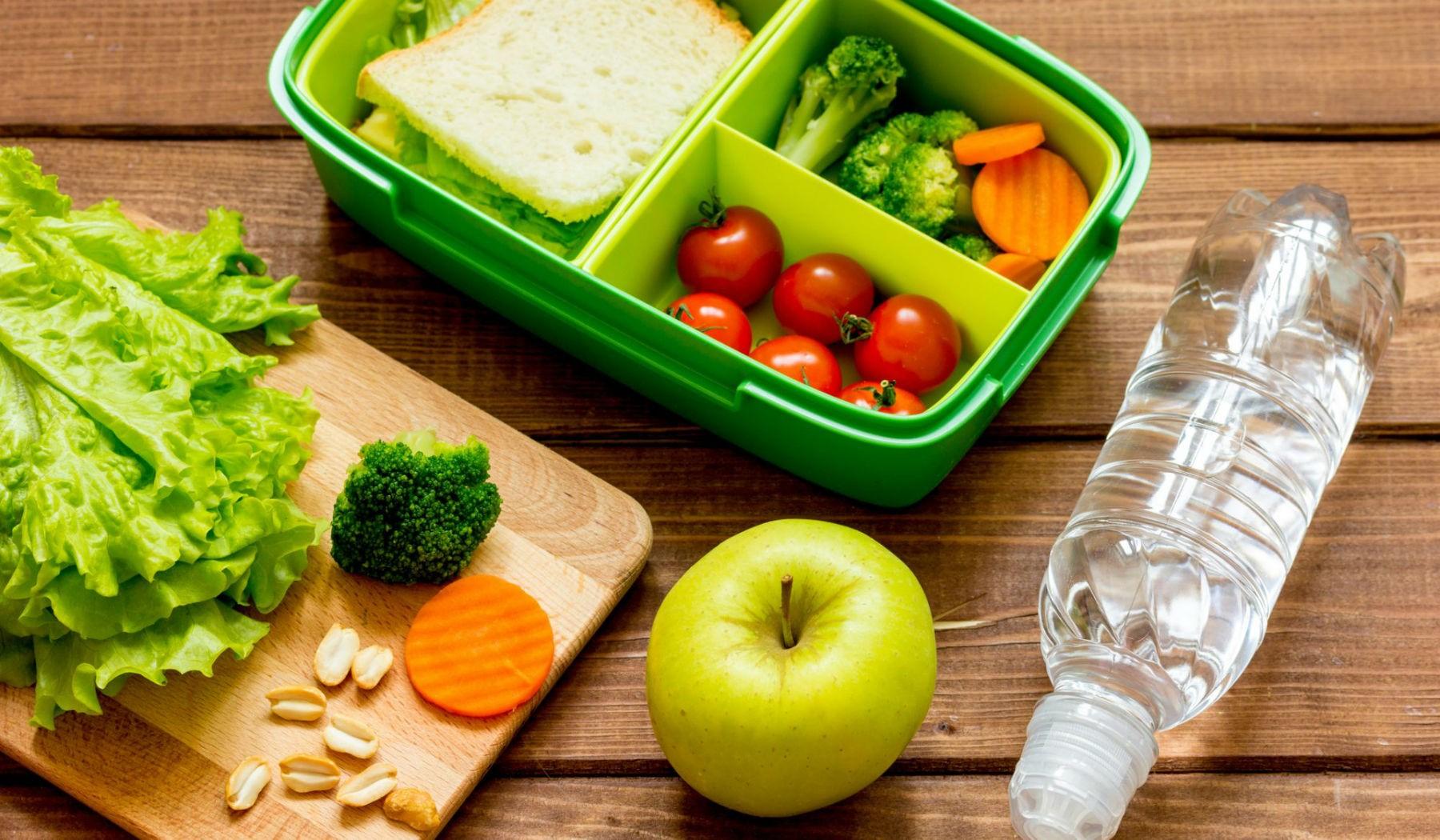 Apportez un déjeuner sain au travail pour ne pas avoir à manger de fast-food.