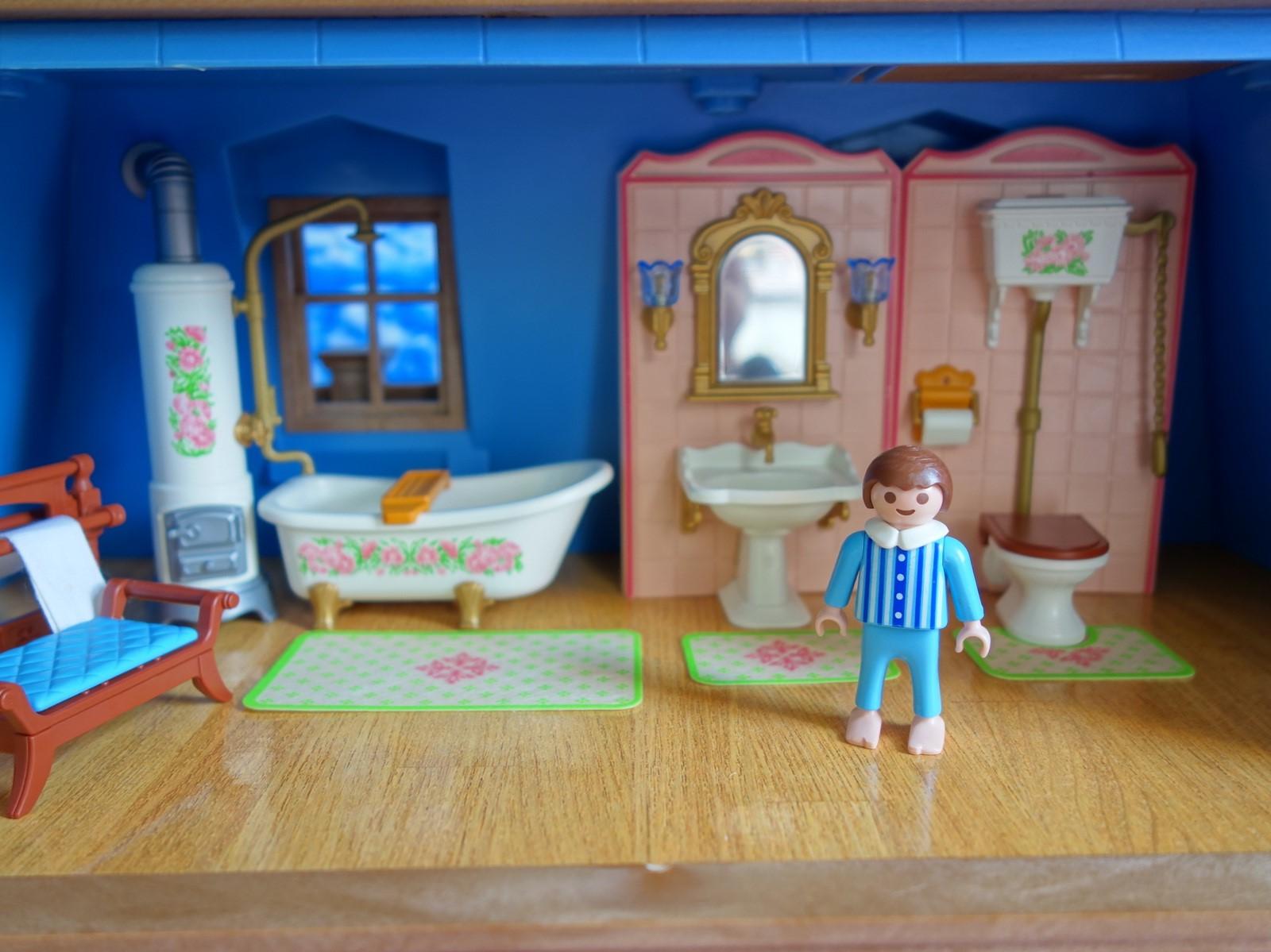 Si votre enfant aime recréer des histoires des époques précédentes, la salle de bain Playmobil à l'ancienne lui convient.