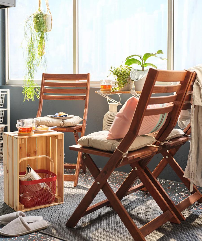 L'idée de meubler une petite terrasse avec des chaises pliantes