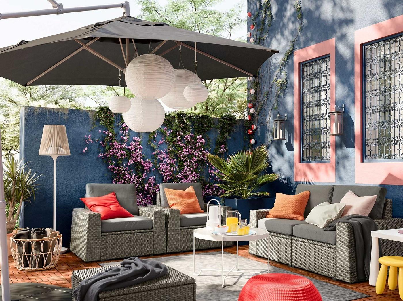 Une idée pour un salon de jardin avec des meubles en osier d'Ikea