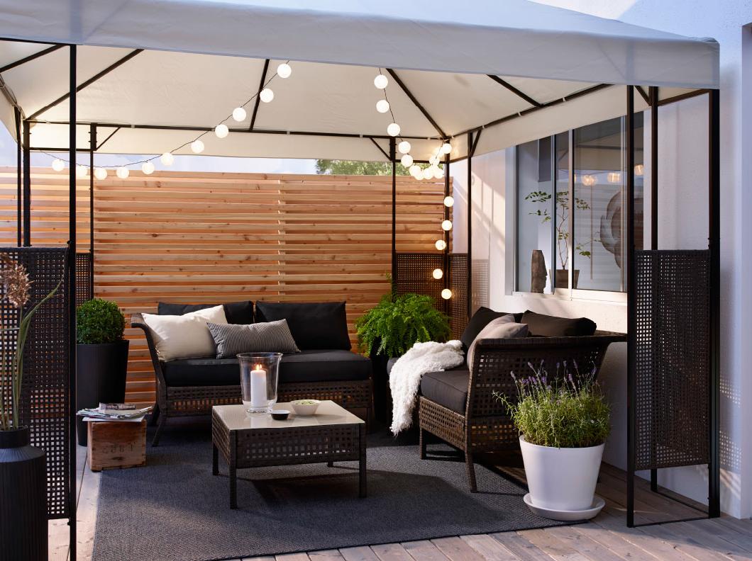 Idée pour un jardin avec des meubles et une tente d'Ikea