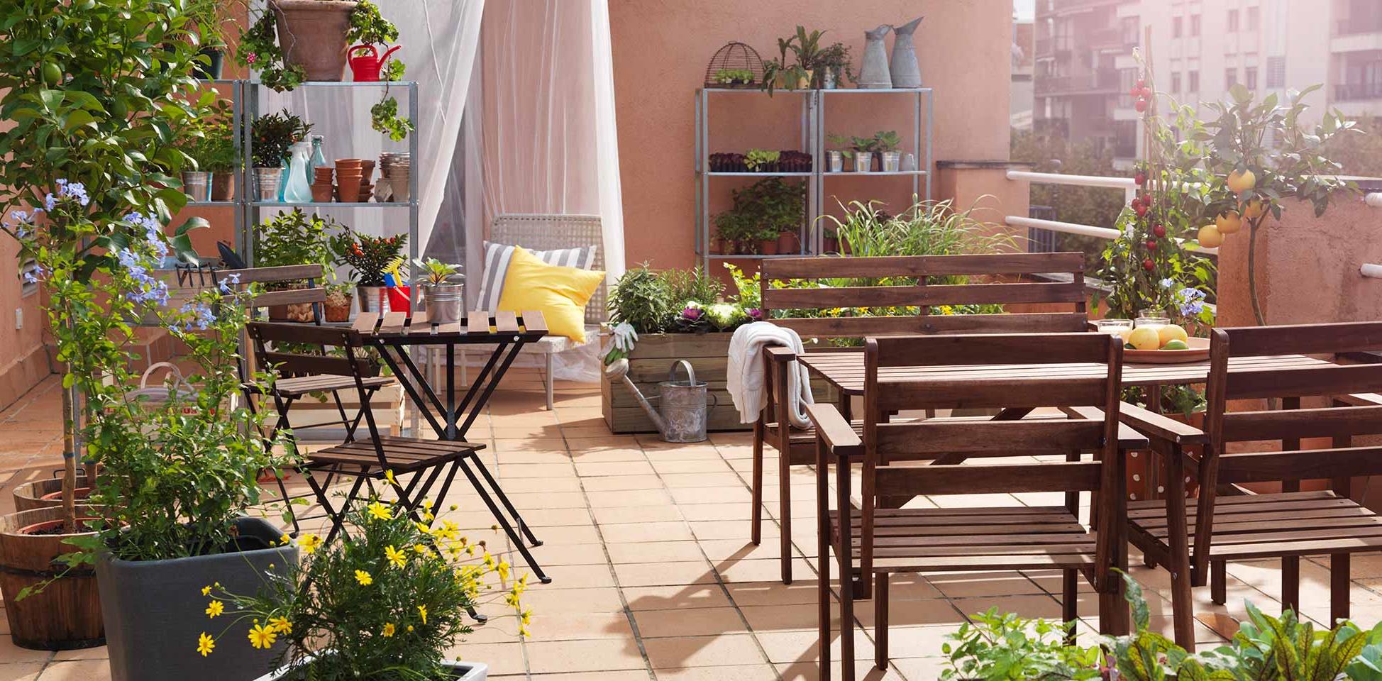L'idée d'un jardin sur la terrasse avec des meubles d'Ikea
