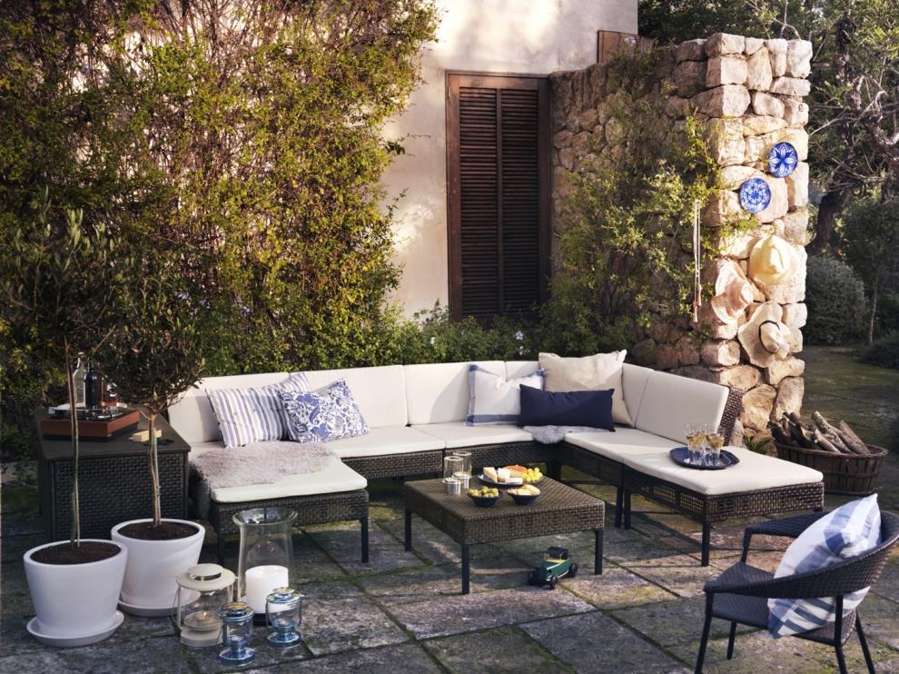 Idée pour un jardin avec un canapé en osier d'Ikea