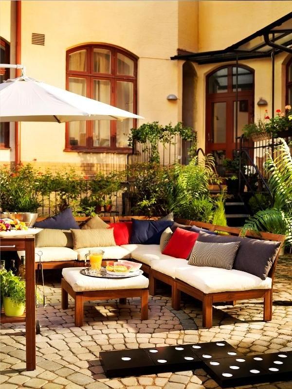 Idée pour un jardin avec un canapé en bois d'Ikea