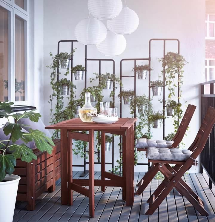 L'idée d'un jardin sur une petite terrasse avec des meubles flexibilités d'Ikea