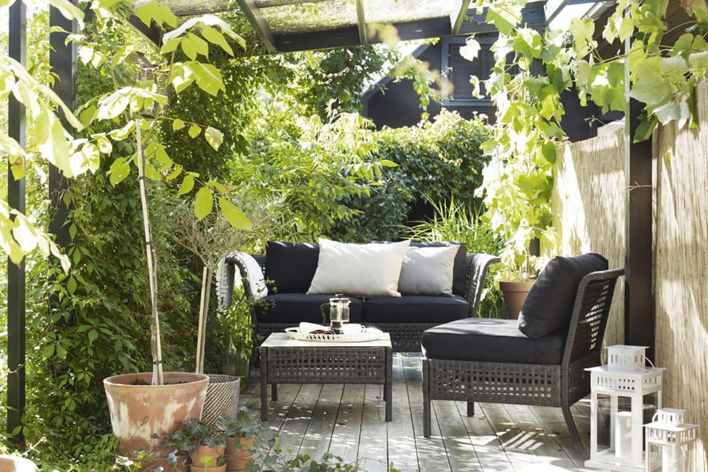 Idée pour un jardin avec des fleurs et des arbustes avec des meubles Ikea