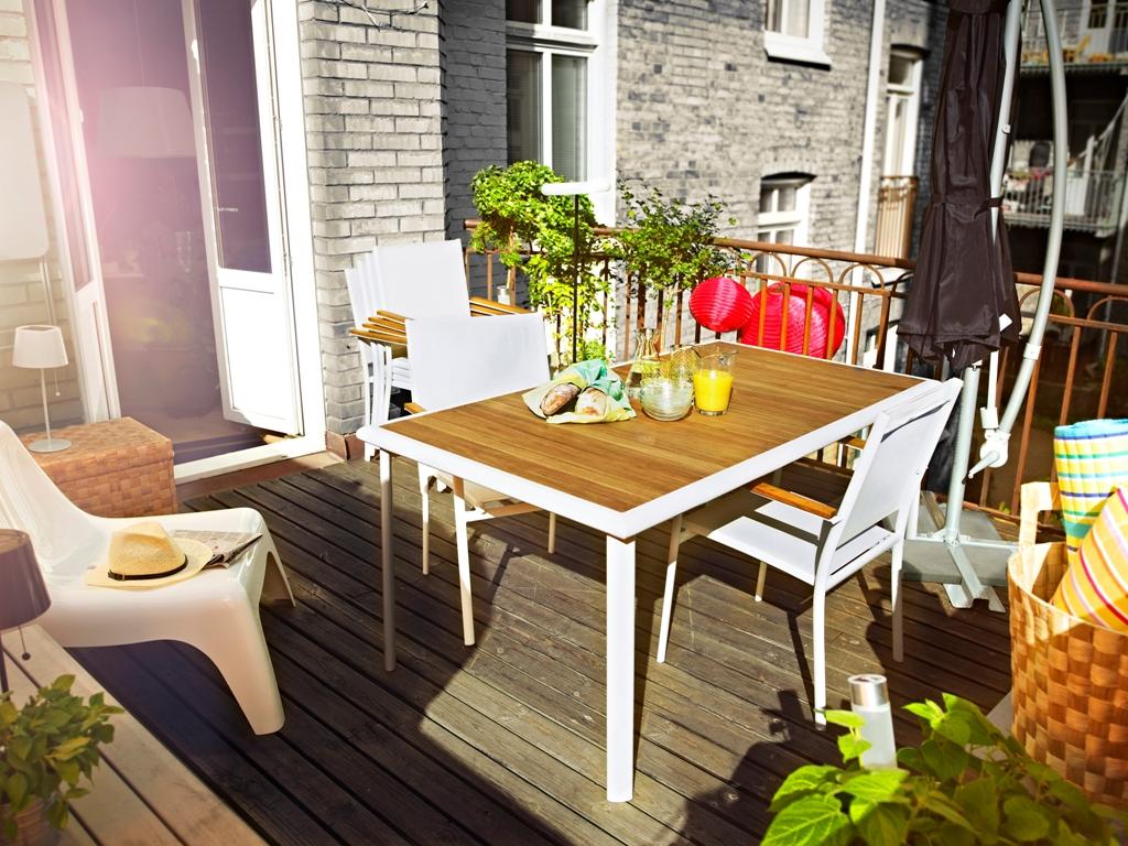Idée de salon sur une terrasse avec des meubles Ikea