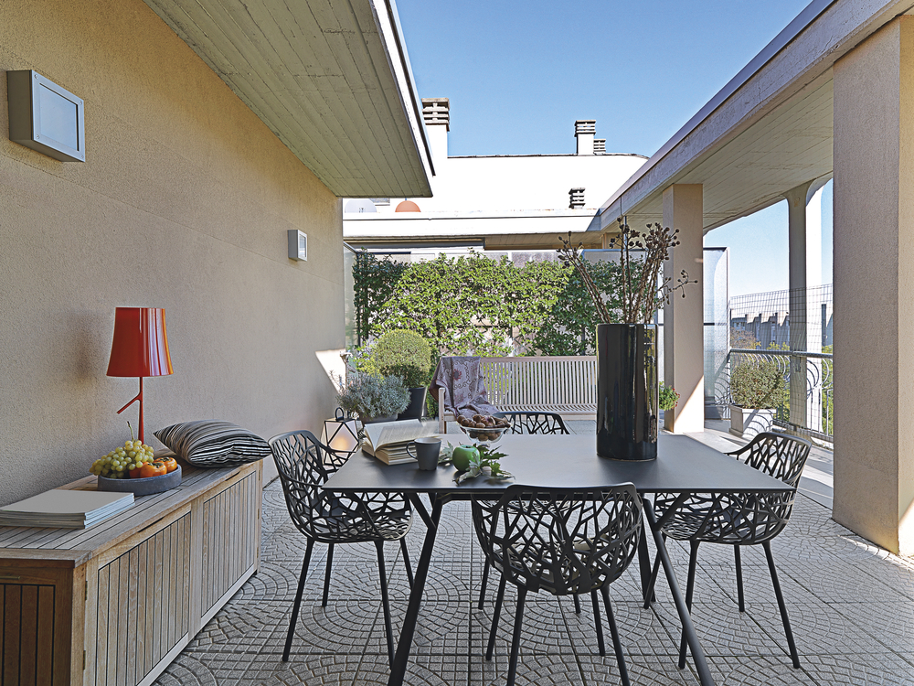 Idée pour un salon de jardin sur une terrasse avec des meubles en osier Ikea