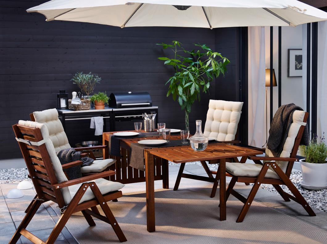 Idée pour un jardin avec barbecue sur la terrasse avec des meubles Ikea