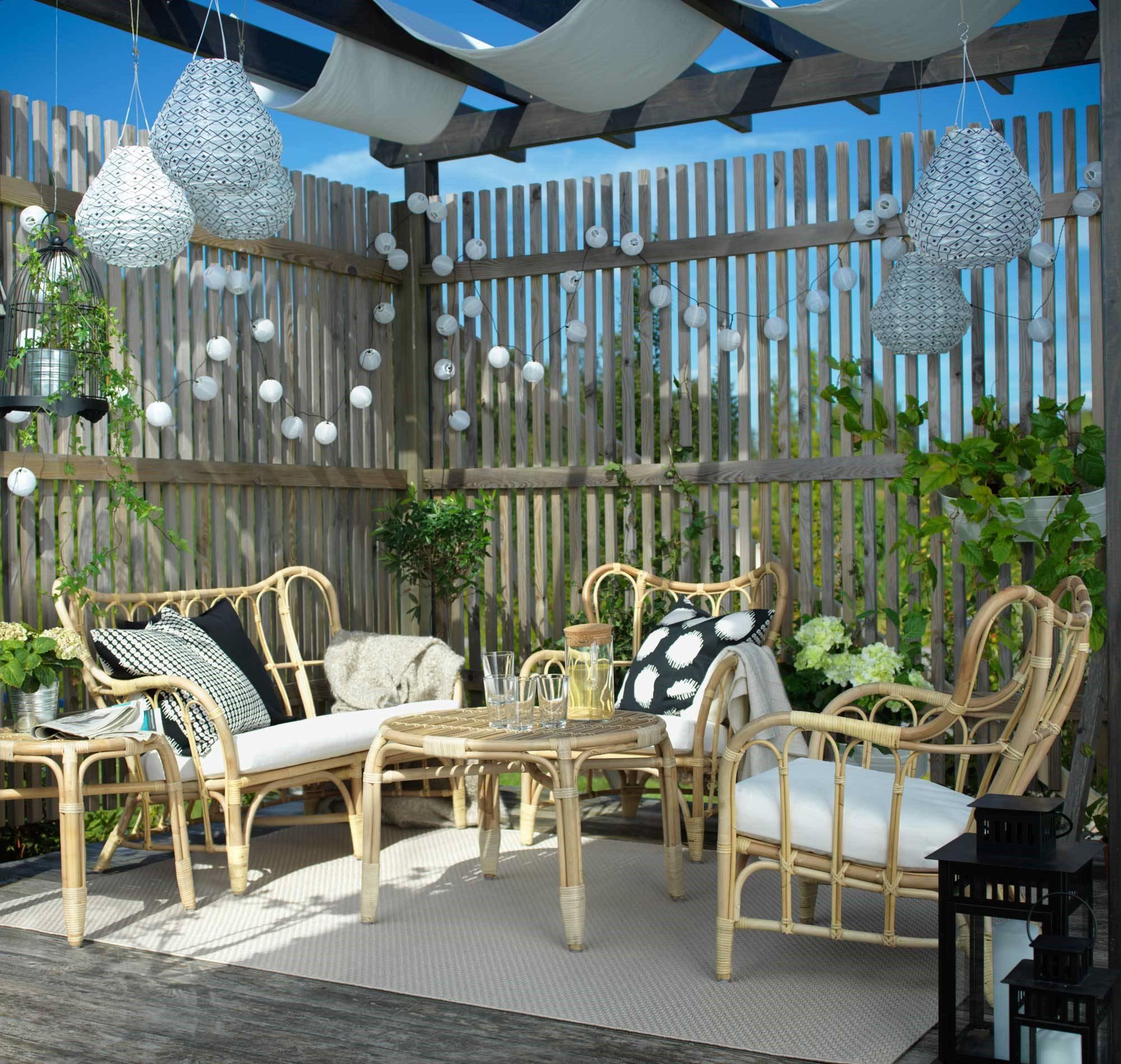 L'idée d'une tente dans le salon d'un jardin avec des meubles Ikea