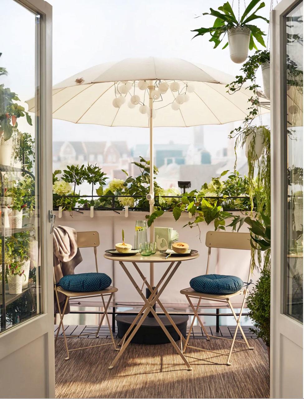 Idée pour un salon de jardin sur une petite terrasse avec des meubles Ikea