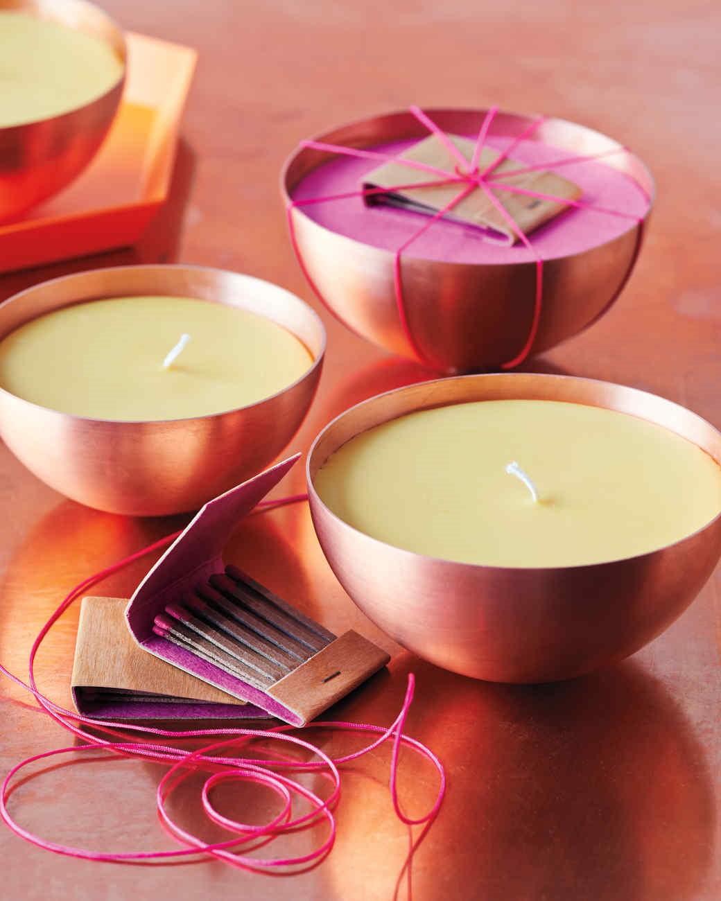 Ceux-ci étaient fabriqués en trempant le noyau moelleux des roseaux dans la graisse animale fondue; cependant, les projecteurs n'avaient pas de mèche comme une vraie bougie.