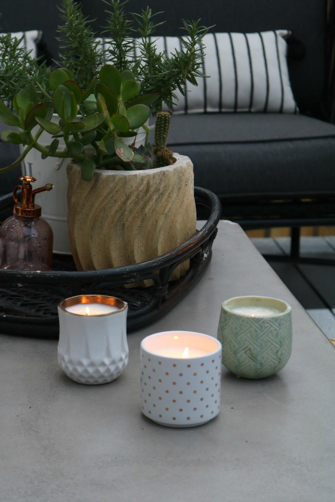 Allumer quelques bougies bien placées dans votre maison peut vraiment créer une atmosphère chaleureuse et intime.