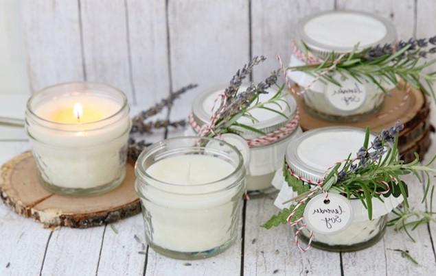 Les bougies à la lavande aident à apaiser votre esprit et à réduire le stress.