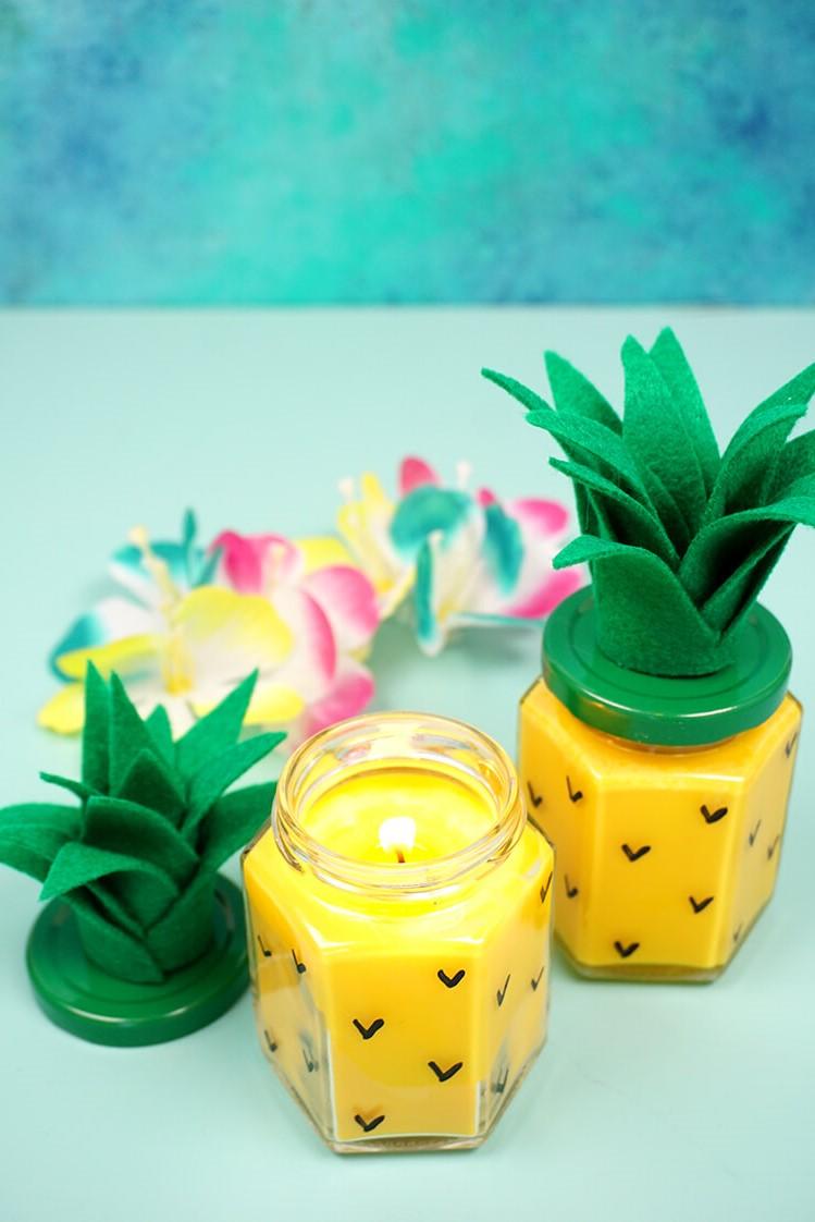 Bougie maison faile en forme d'ananas.