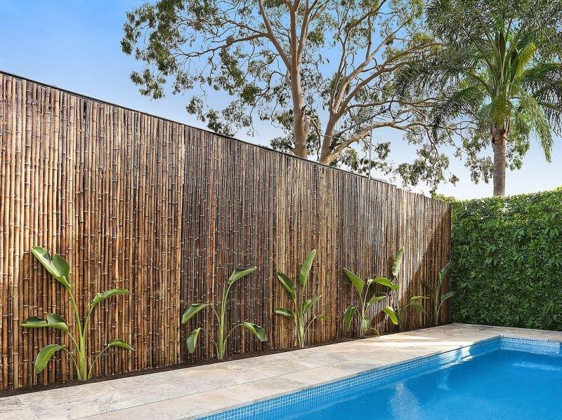 Brise-vent en bambou: une idée déco pour votre piscine.