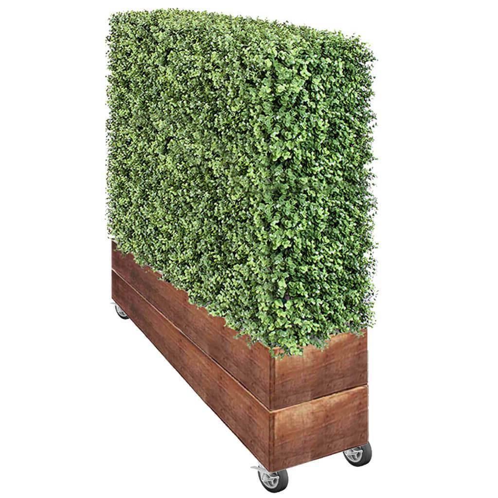 Haie artificielle vendue en jardinière sur roues, vous pouvez donc la déplacer où bon vous semble.