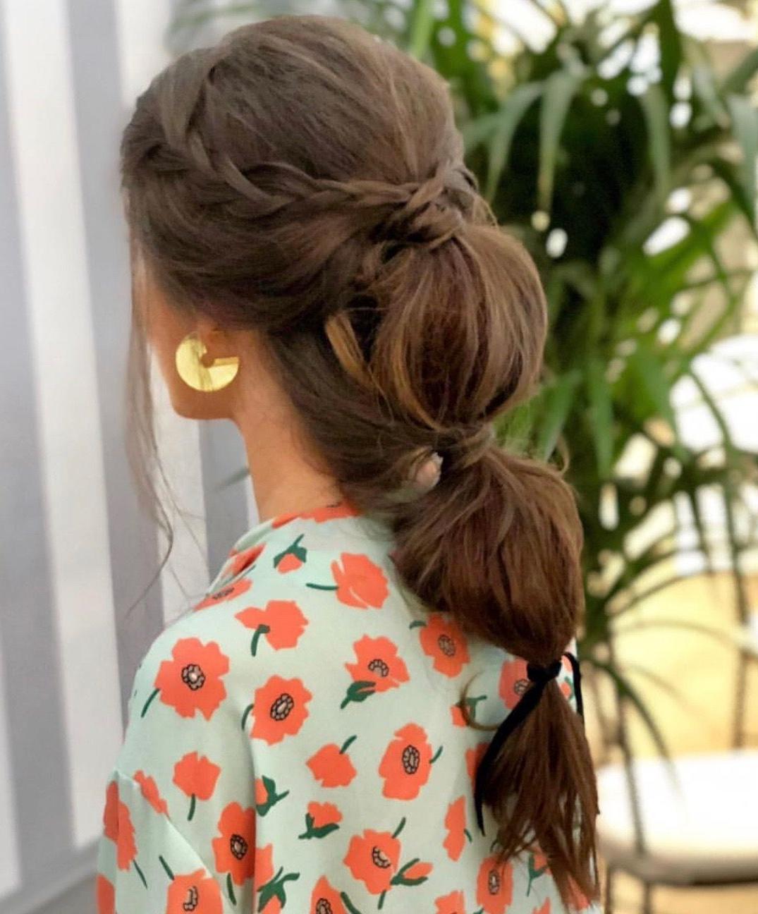 Coiffure attachée - cheveux tressés bas