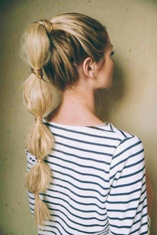 Belle coiffure pour de longs cheveux blonds