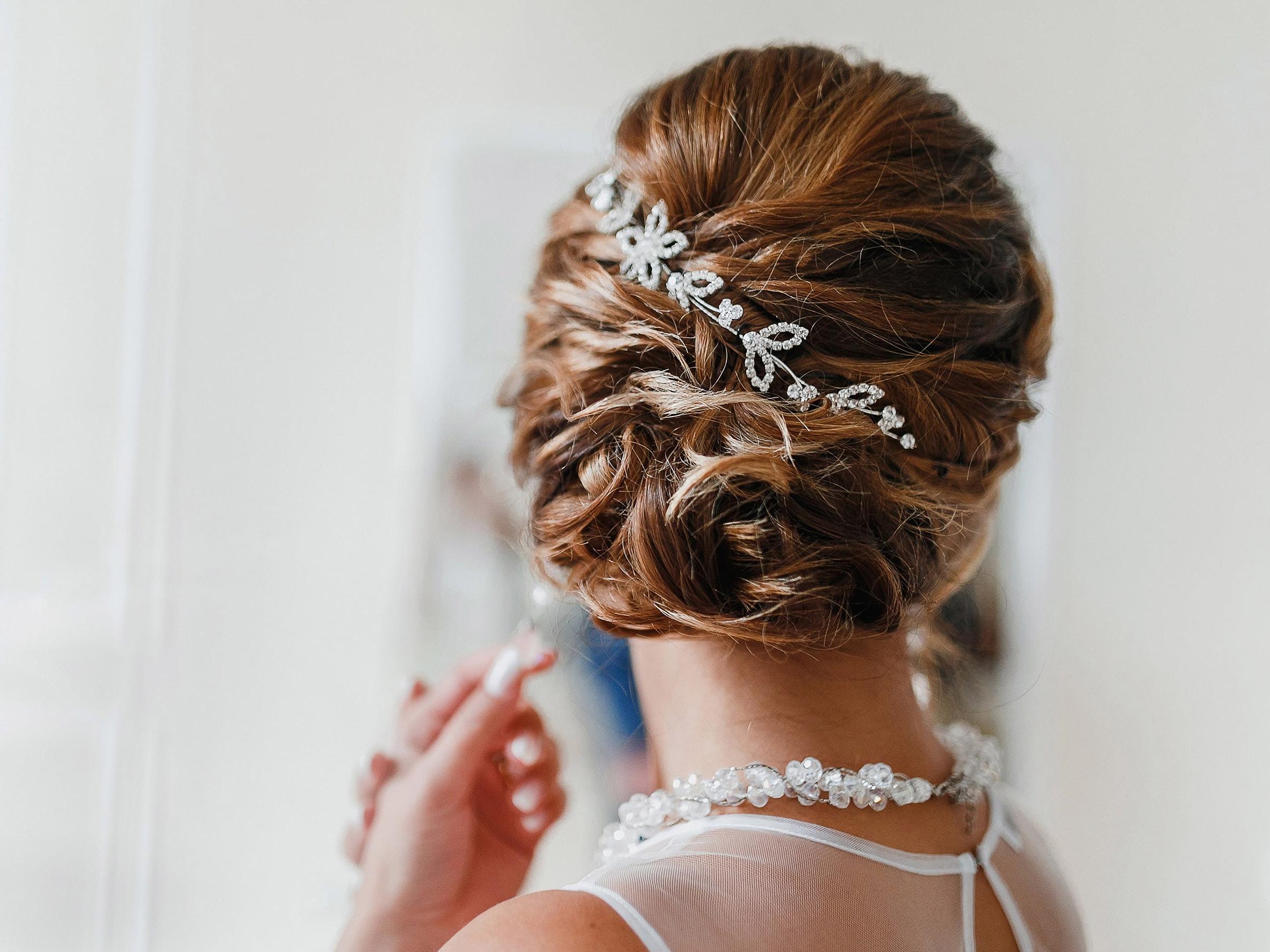 Coiffure attachée avec des bijoux - le choix parfait pour le jour de votre mariage