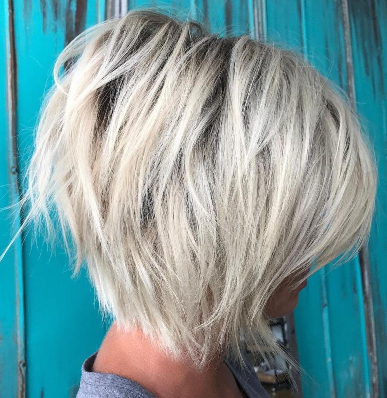 Coiffures courtes dégradées: coupe de cheveux bob avec des couches.