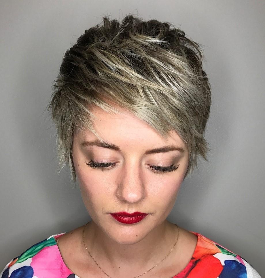 Les coiffures courtes dégradées sont vraiment faciles à entretenir.