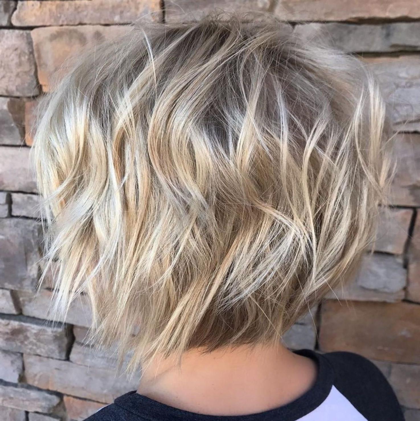 Cheveux courts ondulés.