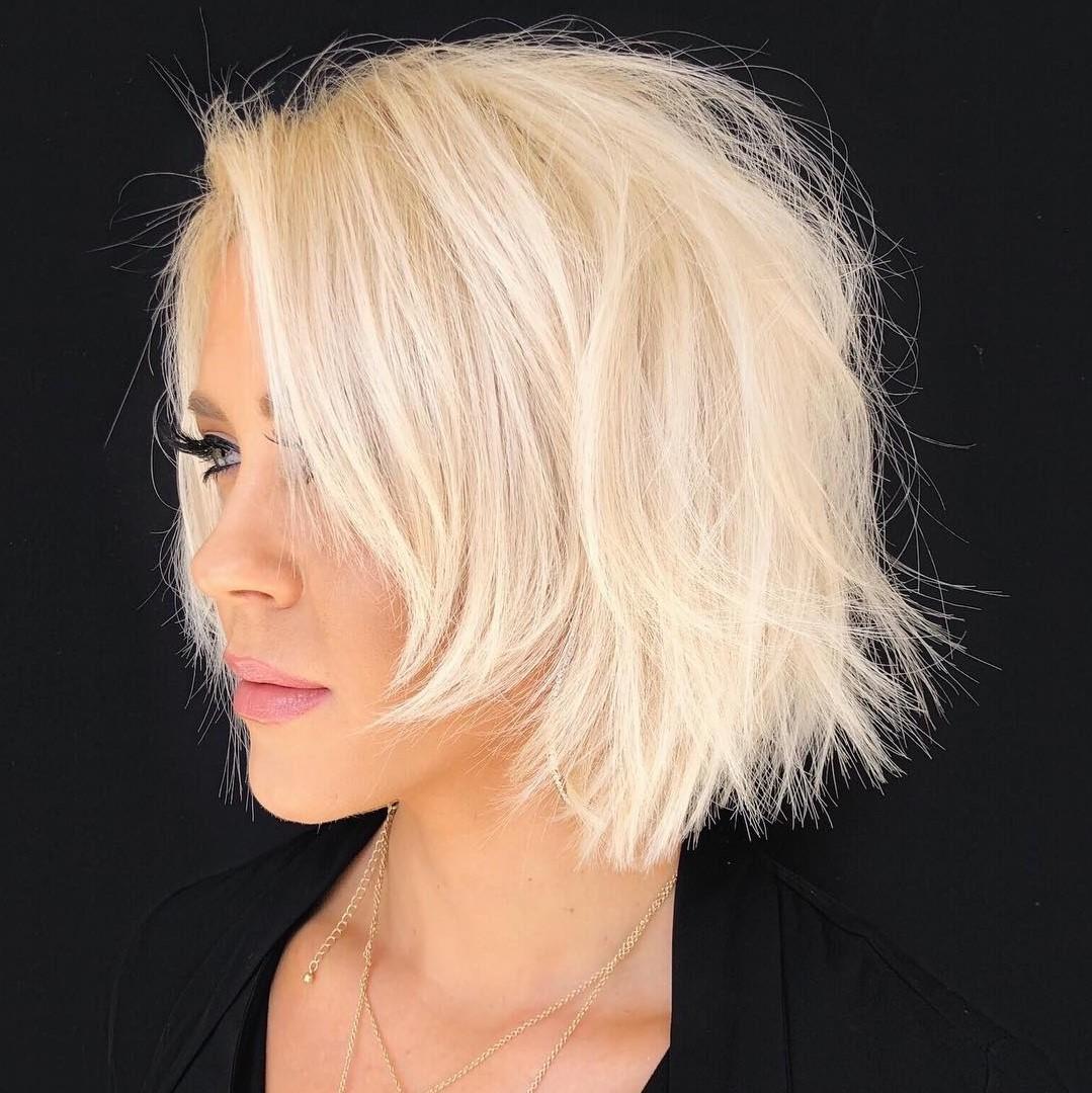 Coiffures courtes dégradées 2020: bob blond avec une frange latérale.