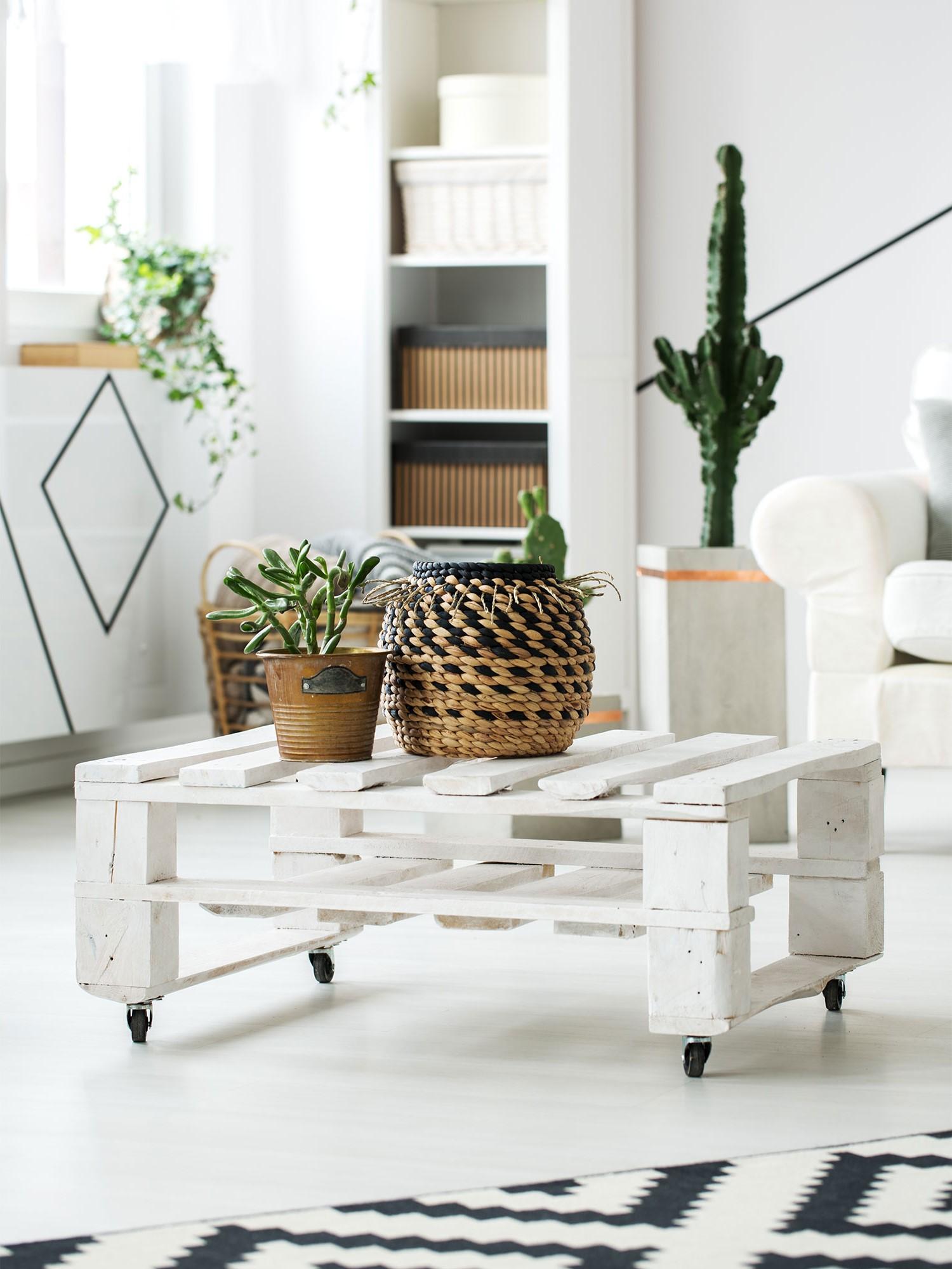 Déco avec palette: table basse blanche.