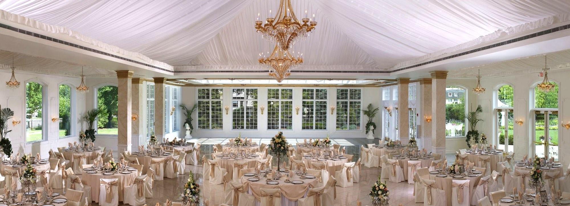 Arrangement de mariage classique et élégant de couleur champagne.