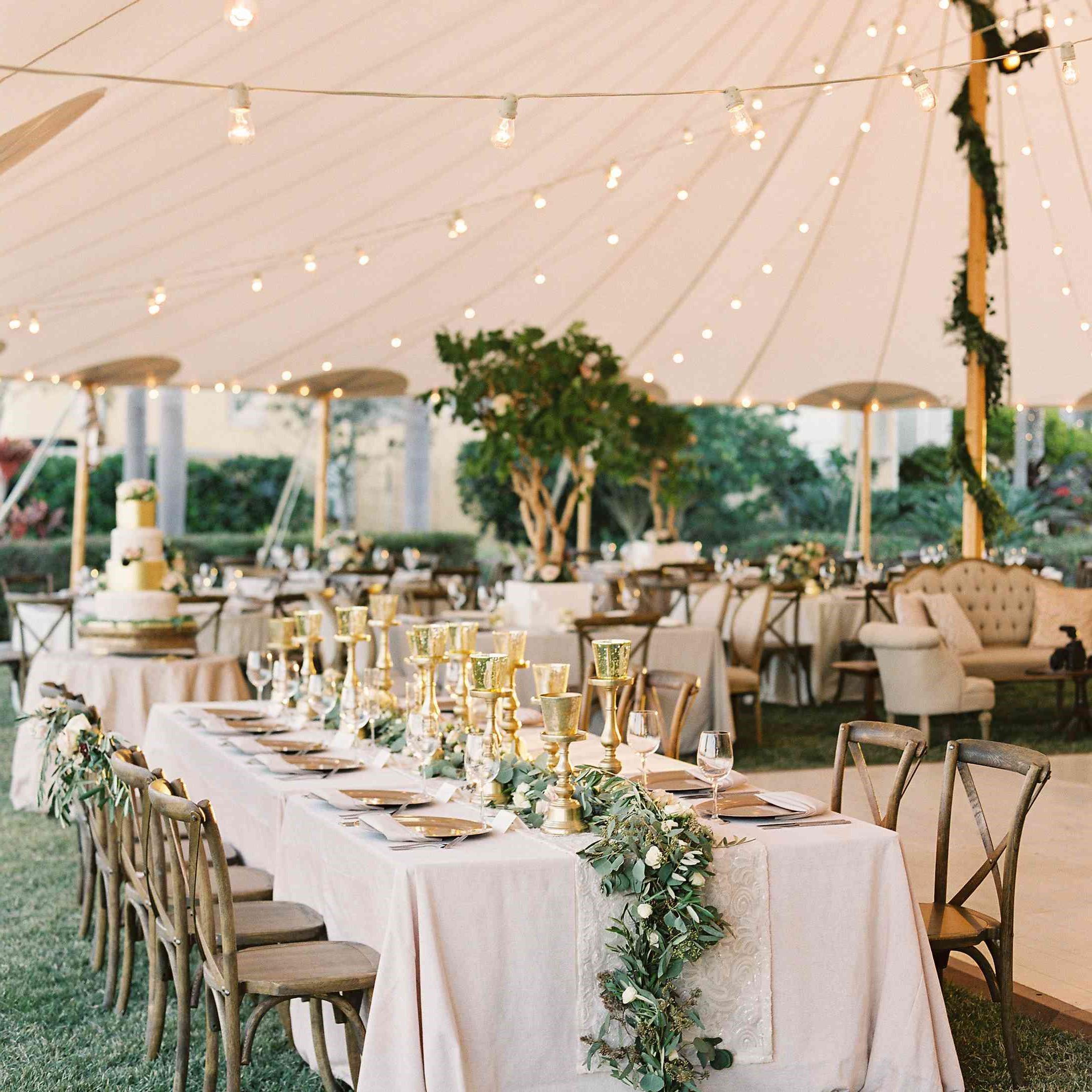 Réception de mariage en plein air sous une tente.